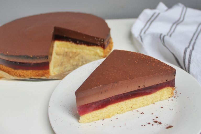 Cake with jelly and chocolate mousse