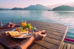 10 tips to help you stick to your diet while traveling